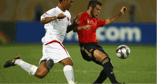 Alvin Tehau e Jordi Alba disputam a bola na partida entre Taiti e Espanha pelo Mundial Sub-20.