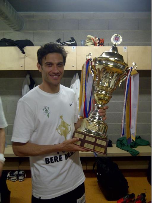 O meio-campo e a taça de campeão da Copa da República Tcheca 2012/13. (Foto: Facebook Daniel Rossi Silva)