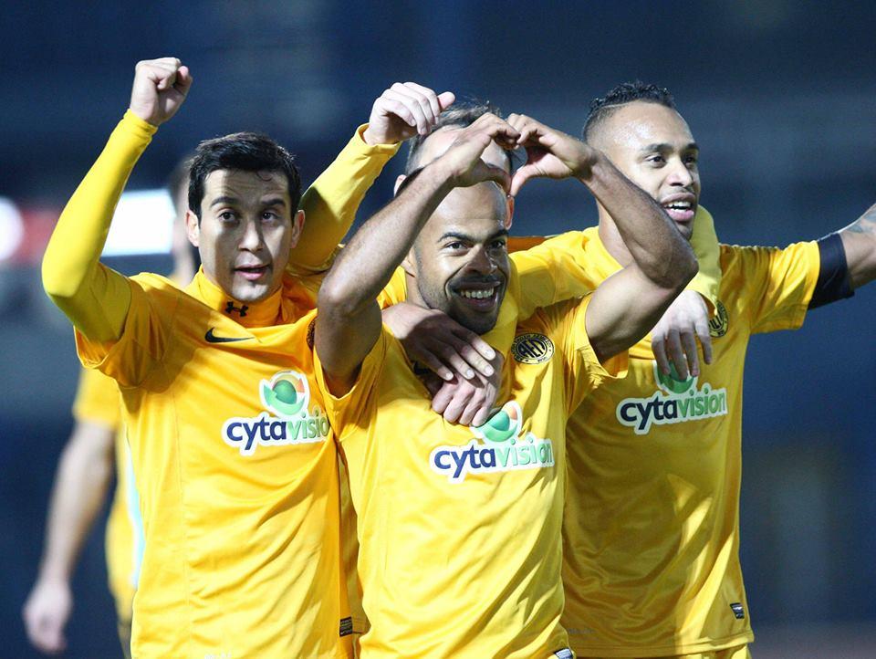 O AEL Limassol de Luciano Bebê (centro) é o atual líder da liga cipriota com 33 pontos. (Foto: Facebook AEL)