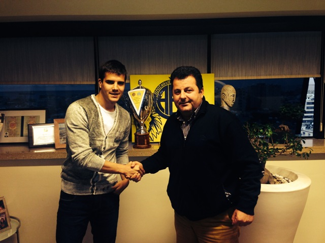 Apresentação oficial de Kaludjerovic como novo jogador do AEL Limassol. (Fonte: AEL)