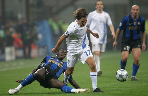 Sávio disputando a bola com Muntari em pleno Giuseppe Meazza na partida entre Internazionale e Anorthosis.
