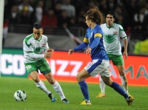 David Luiz marcando Rashid, em amistoso realizado em 2012.