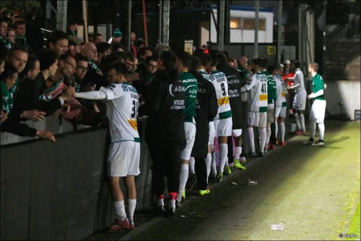 Jogadores e torcedores do Cercle se consolam após a confirmação do rebixamento. (Foto: Facebook/Cercle Brugge)