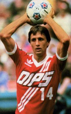 O vermelho e branco deve ter ajudado Cruyff em sua passagem pelo Diplomatics