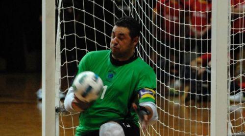 Angelo com a camisa dos Futsalroos (Foto: Divulgação/Canberra Times)